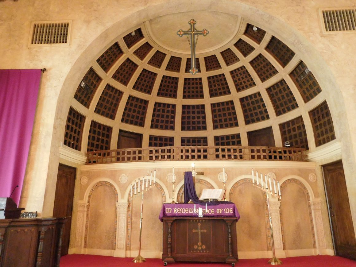 This is a standard digital photograph of the apse of the Congregational Church, with its semicircular space divided into a grid pattern.